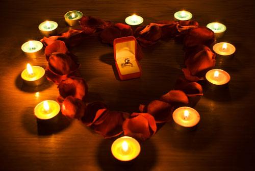 Предложение руки и сердца с лепестками роз и свечами