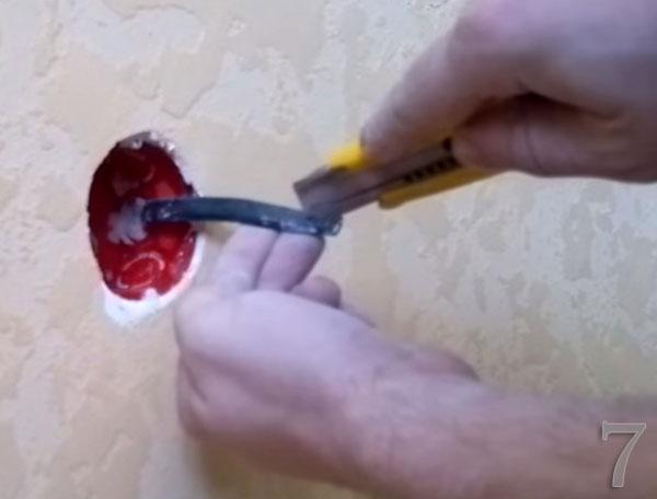 Очищаем провода для подключения розетки от обплетки