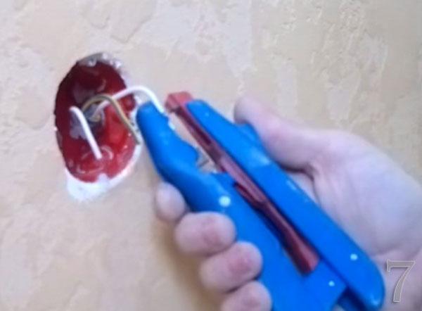 С помощью специального инструмента оголяем провода