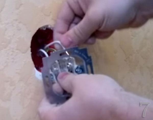 Рабочий ноль и фазу подключаем к крайним клеммам розетки, а защитный ноль - к центральной клемме